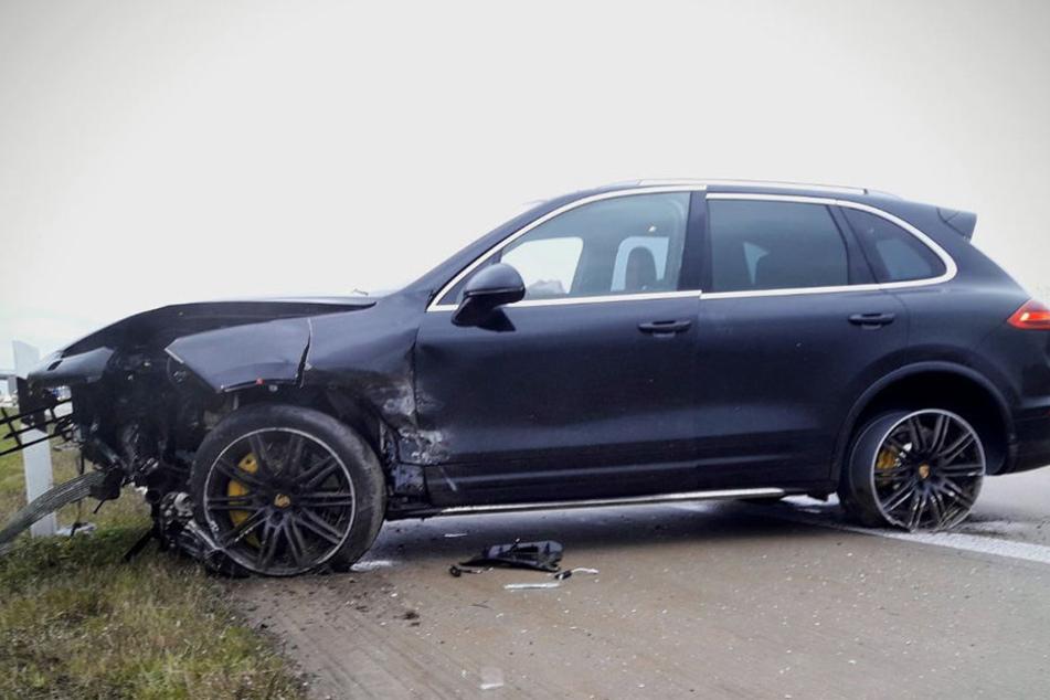 Der auf der A4 bei Bautzen verunfallte Porsche.