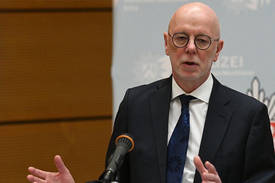 Der Kölner Polizeipräsident Uwe Jacob (63) spricht bei einer Pressekonferenz.