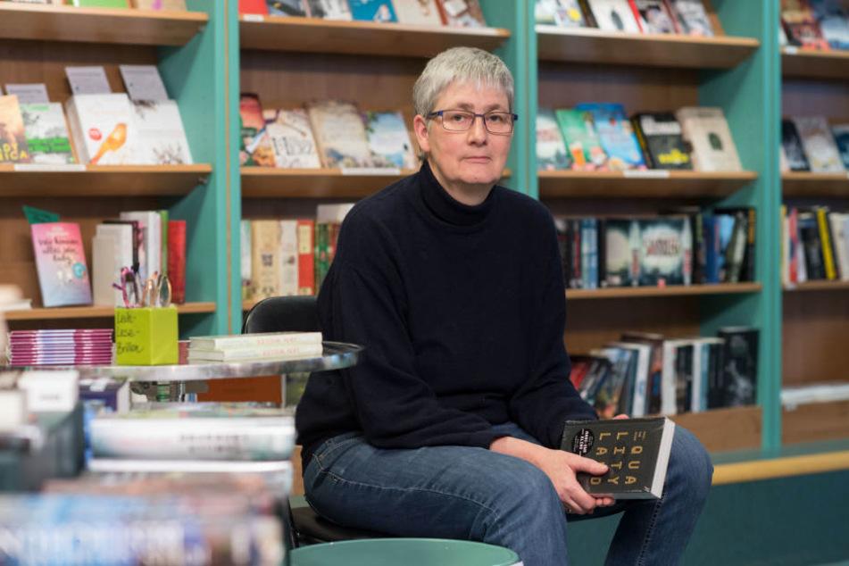 Die Inhaberin der Buchhandlung Schiller, Susanne Martin, sitztin Stuttgart hinter Büchern.