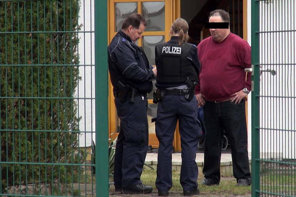 Nur kurz nach der Eskalation in der Post stehen Polizeibeamte vor dem Haus des rabiaten Kunden und vernehmen den ortsbekannten Mann.