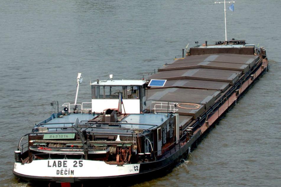 So soll es normalerweise sein: Ein Schubschiff bringt Fracht aus Tschechien über die Elbe. Geht es nach dem BUND, hört das bald für immer auf.