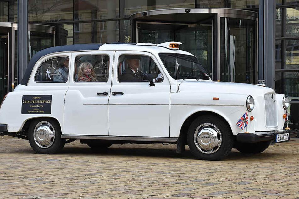 Echter Brite: Stephan Foltys (49) hat mehrere London-Taxis und Stretchlimousinen in seinem Fuhrpark. Besonders Hochzeitspaare nehmen den Service gern in Anspruch.