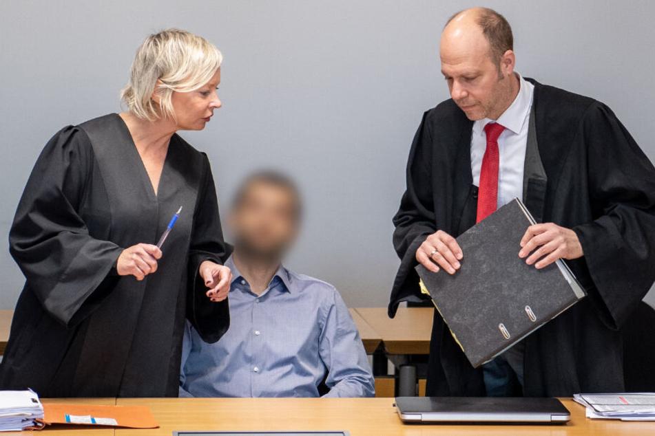 Zwischen seinen Anwälten: Der angeklagte Polizist im Amtsgericht Stuttgart.