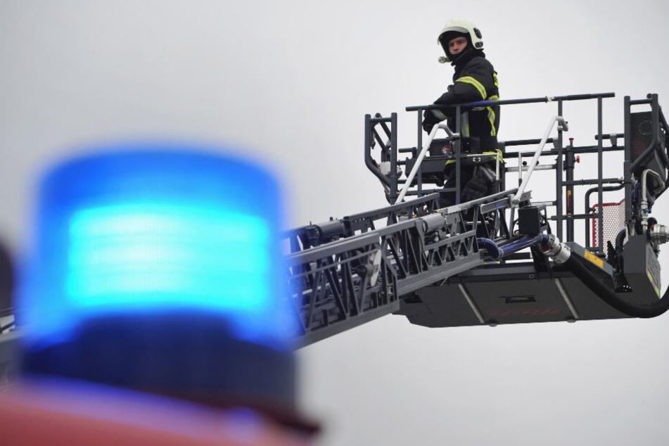 Die Feuerwehr rettete zwei der Fahrgäste mit einer Drehleiter. (Symbolbild)