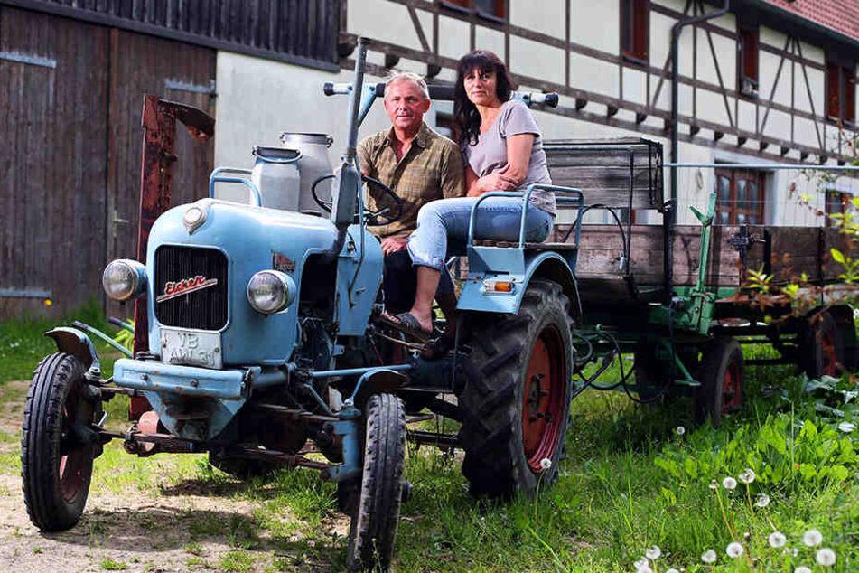 Wartet auf seinen Einsatz: Mit dem Oldtimer-Traktor der Firma Eicher, Baujahr 1956, holen Olaf Schirmer (50) und seine Frau Heike (49) die Ernte ein.