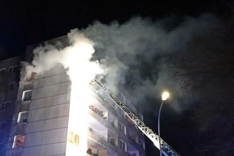 Mehrere Anrufer meldeten eine starke Rauchentwicklung aus der Wohnung eines Hochhauses.