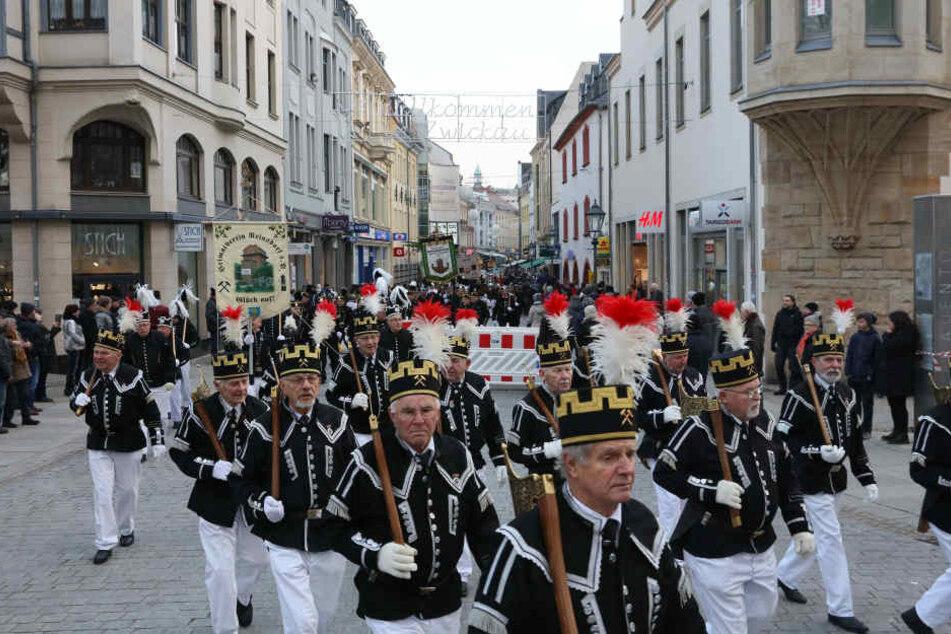 Die Zwickauer Bergparade fiel in diesem Jahr doppelt so groß aus als üblich, Rund 600 Trachtenträger waren dabei.
