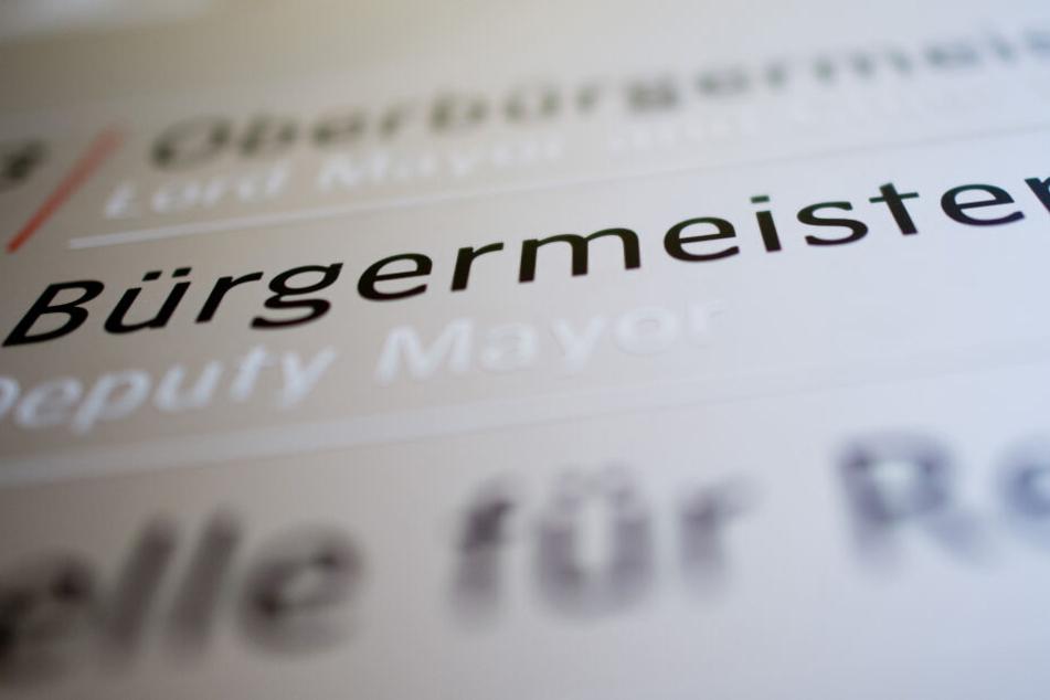 """Der Schriftzug """"Bürgermeister"""" ist im Rathaus zu lesen."""