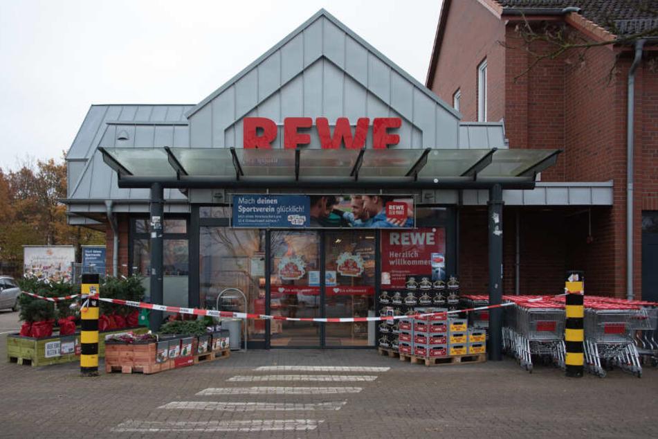 Der Rewe-Markt in Fredenbeck ist abgesperrt. Hier brach der Mann tödlich verletzt zusammen.