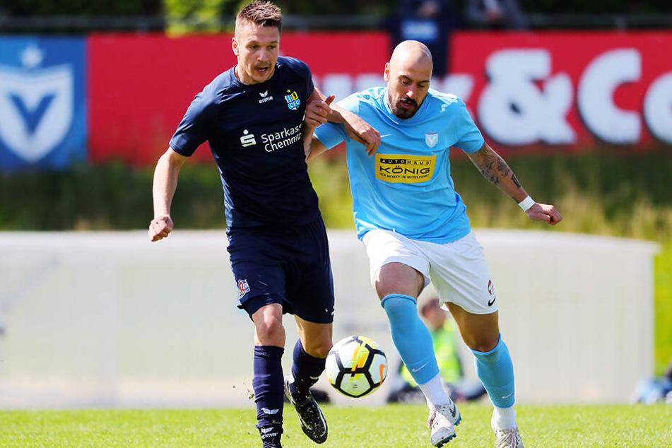 Ersatz-Kapitän Daniel Frahn (l., im Duell mit Timo Gebhart) traf bei Viktoria Berlin in der 7. Minute zum 2:0. Danach stellten die Chemnitzer die (Abwehr-)Arbeit ein.