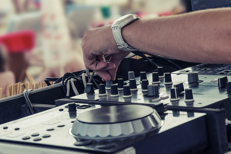 Mitten in einem Wäldchen entdeckten Beamte eine Party mit Bar, DJ-Pult und Möbeln. Aber alle Gäste gaben an, rein zufällig dort zu sein (Symbolbild).