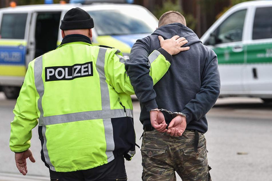 Am Dienstagmorgen musste ein betrunkener Autofahrer in Handschellen ins Krankenhaus gebracht werden. (Symbolbild)
