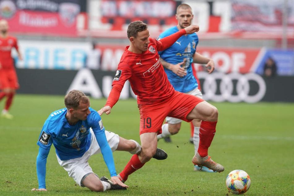 René Eckardt kommt gegen den Ingolstädter Marcel Gaus zu spät.