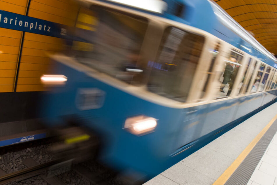 Eine Frau ist am U-Bahnhof Marienplatz auf einer Treppe zu Fall gekommen. (Archivbild)
