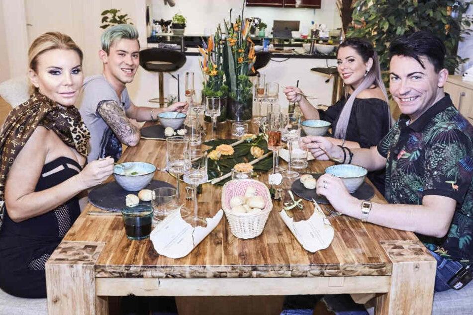 (v. l.) Tatjana Gsell (46), Daniele Negroni (22), Matthias Mangiapane (34) und  Dschungel-Königin Jenny Frankhauser (25) kochen sich was beim Promi-Dinner...