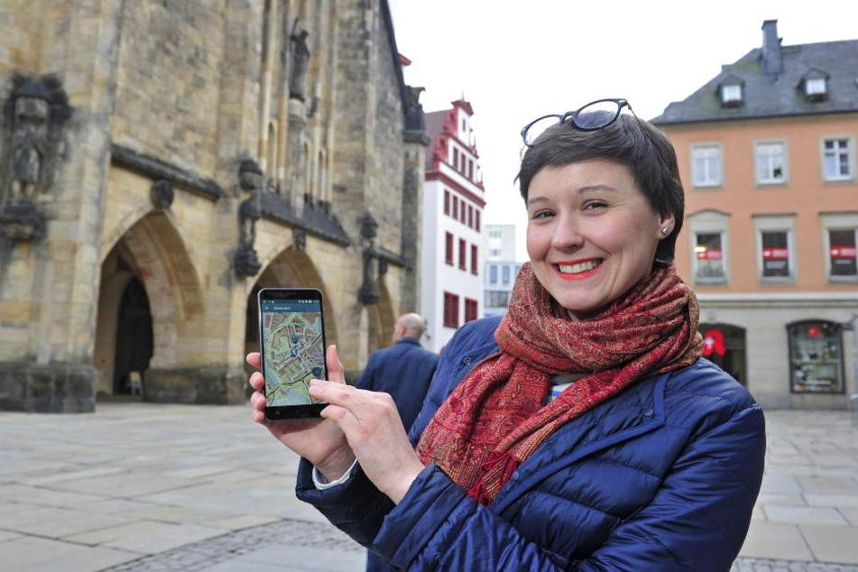 Anna Galda (31), Leiterin Stabsstelle Strategieentwicklung im Rathaus, testet die neue MobiApp.
