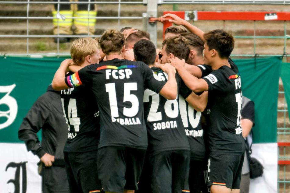 Die Spieler des FC St. Pauli jubeln über den Treffer zum 3:2 von Marvin Knoll.
