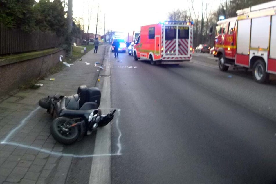 Der alte Mann fiel von seinem Roller und wurde dann von dem Lkw-Anhänger überrollt. Mittlerweile ist er in der Bielefelder Klinik verstorben.