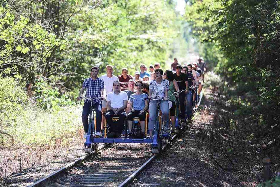Neue Attraktion auf der Schiene: Zwischen Arnsdorf und Dürrröhrsdorf rollen jetzt Draisinen auf den Gleisen.
