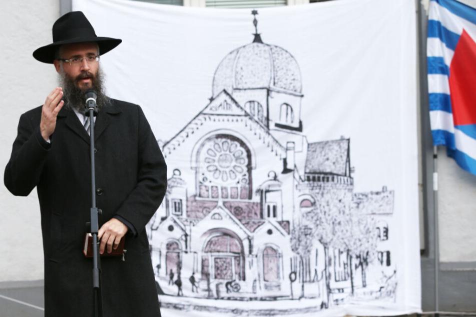 Auf dem Transparent hinter Shlomo Bistritzky ist die zerstörte Bornplatz-Synagoge aufgezeichnet. (Archivbild)