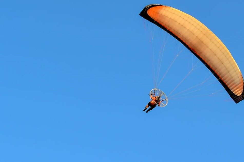 Bei der Frau (59†) hatte sich weder Fallschirm noch Reserveschirm geöffnet (Symbolbild).