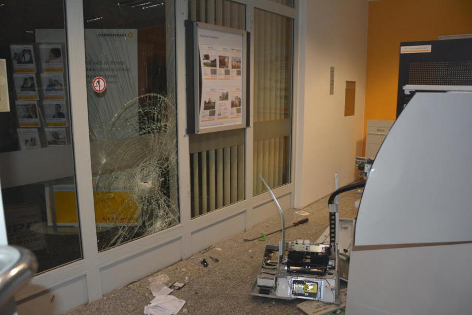 Die Wucht der Explosion hat auch die Scheibe zerstört.