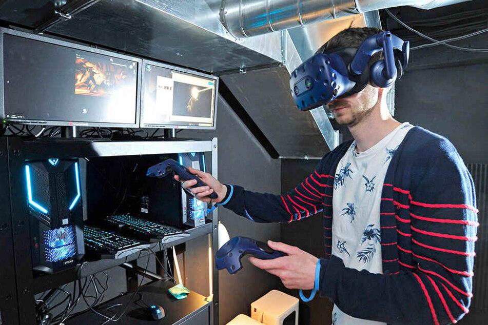Redakteur Stefan Graf (28) testet den neuen Escape-Room mit VR-Brille.