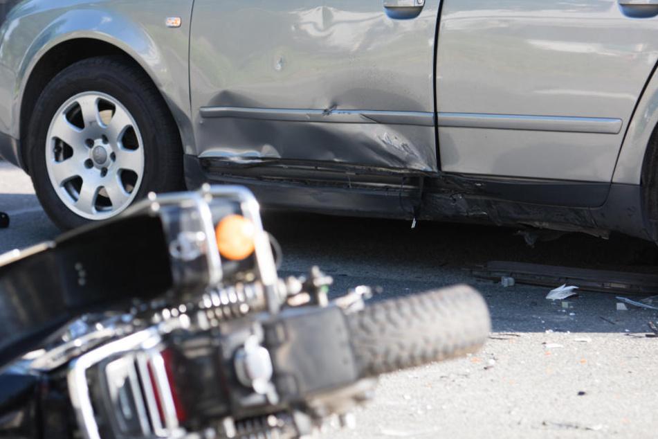 Das Motorrad war offenbar in die Seite des Pkw gerast.