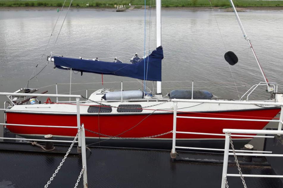 """Polizei ratlos: Segelboot """"Mrs Binky"""" schippert herrenlos auf der Elbe"""