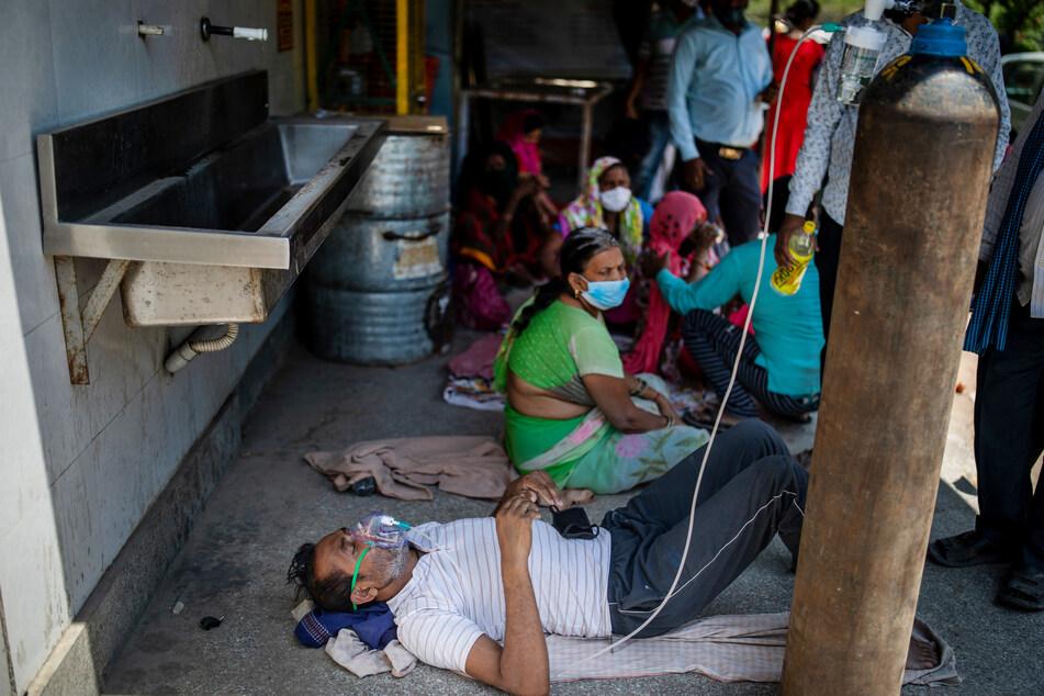 Ein Patient erhält Sauerstoff vor einem Gurdwara, einem Sikh-Gotteshaus. Indien mit seinen 1,3 Milliarden Einwohnern kämpft aktuell mit einer großen zweiten Corona-Welle. Diese Woche wurden binnen nur vier Tagen mehr als eine Million Corona-Neuinfektionen registriert.