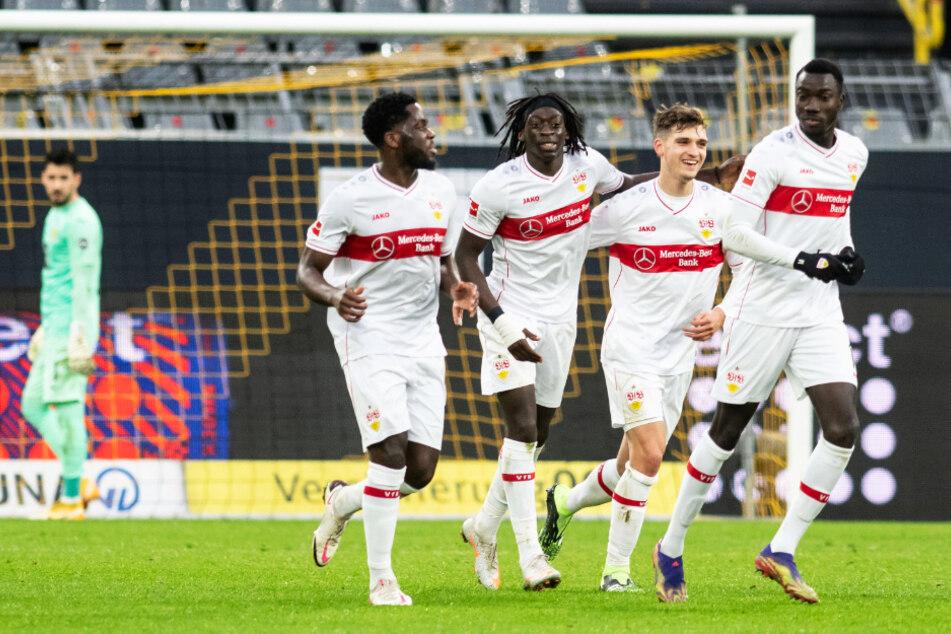 Tanguy Coulibaly (19, vorne, 2.v.l.) spielte beim 5:1-Auswärtssieg des VfB in Dortmund groß auf.