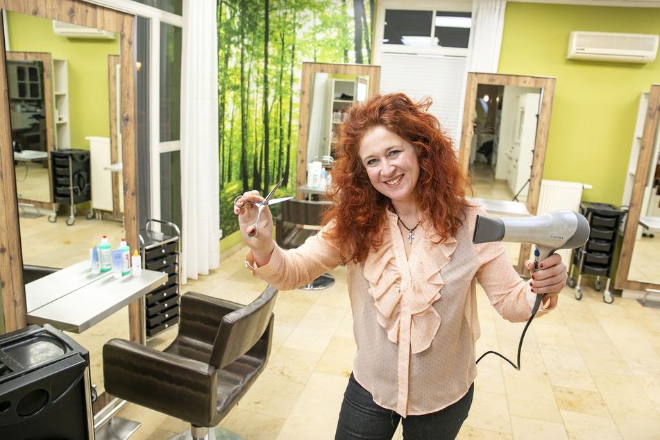 Friseurmeisterin Jana Füssel (45) freut sich schon auf die ersten Kunden.