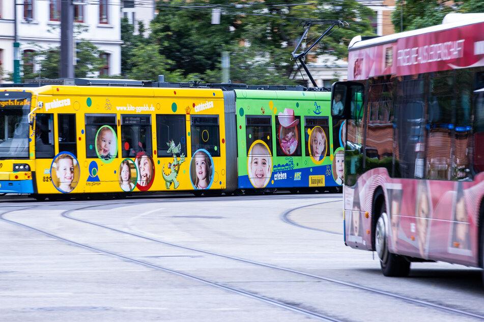 Eine Straßenbahn sowie ein Linienbus des Nahverkehrs Schwerin (NVS) sind in der Innenstadt unterwegs.