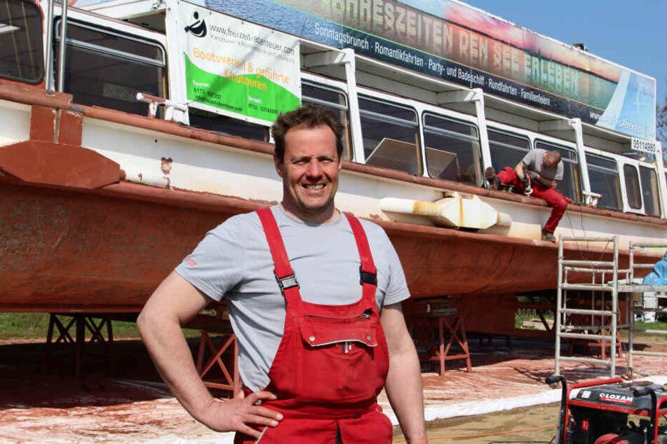 Er ist der neue Eigner der MS Cospuden: Dirk Hoffsky (47), ehemaliger Renn-Kanute, hat den 1958 gebauten Ausflugsdampfer gekauft und richtet ihn mit seiner Crew nun her.