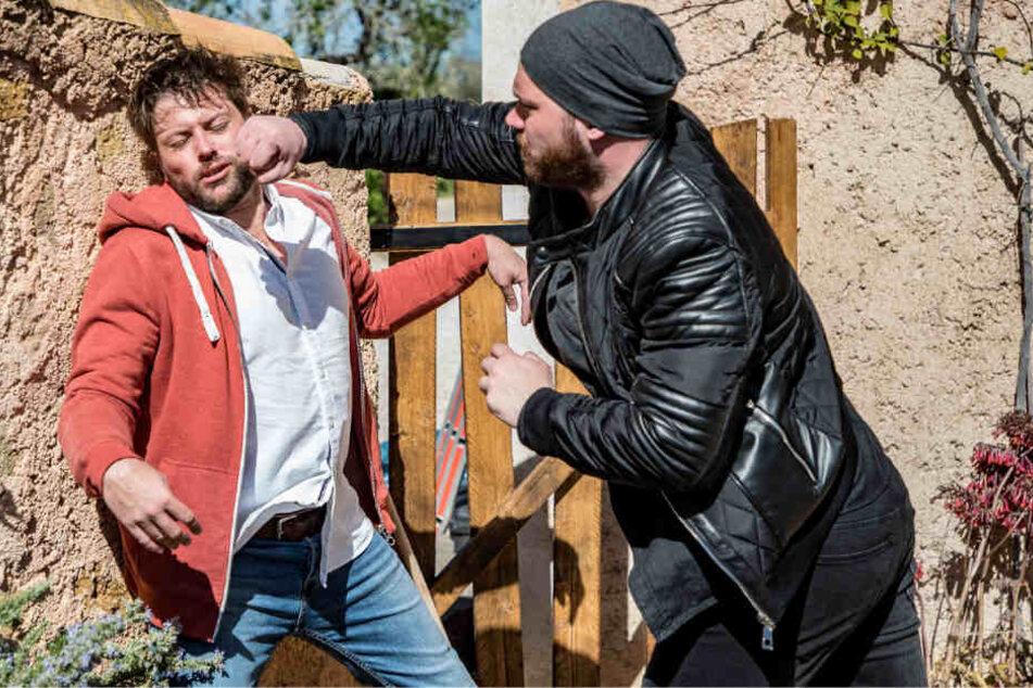 Eriks (Patrick Heinrich, r.) ganzer Hass fokussiert sich auf John (Felix von Jascheroff) und es kommt zu einem Kampf auf Leben und Tod.