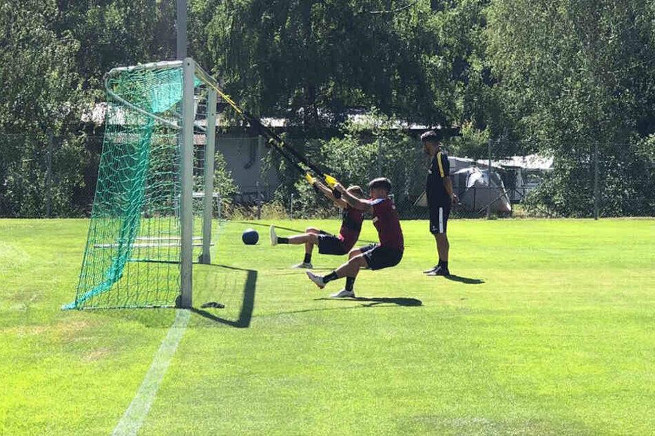 Baris Atik und Dzenis Burnic trainieren unter den Augen von Cristian Fiel.