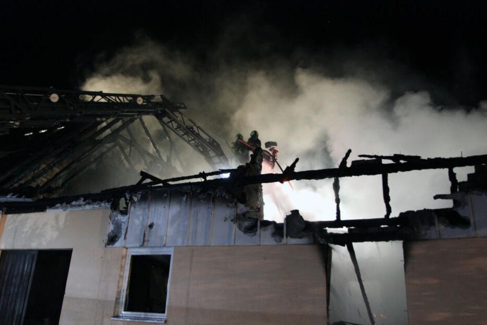 120 Retter im Einsatz: Feuer legt Familienhaus in Schutt und Asche