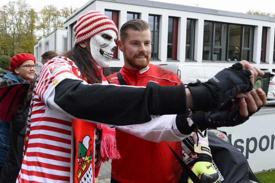 FC-Torwart Timo Horn macht mit einem verkleideten Fan nach dem Training ein Selfie.