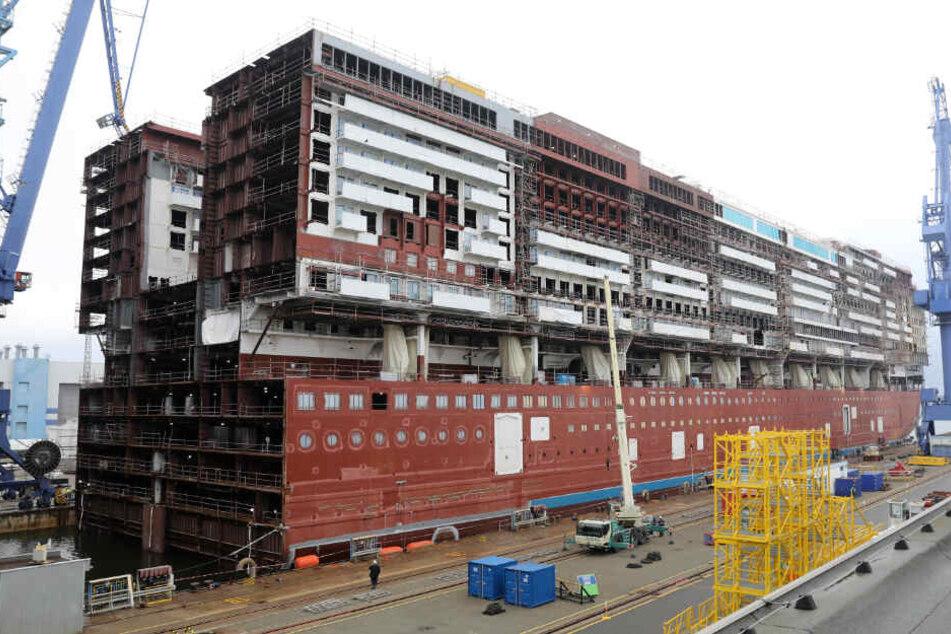 """Das 216 Meter lange Mittschiff des ersten Global-Class-Kreuzfahrtschiffes """"Global Dream"""" wird ausgedockt."""