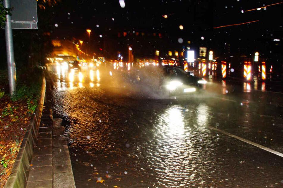 So überschwemmt war die Stuttgarter Schillerstraße am Hauptbahnhof am Sonntagabend.