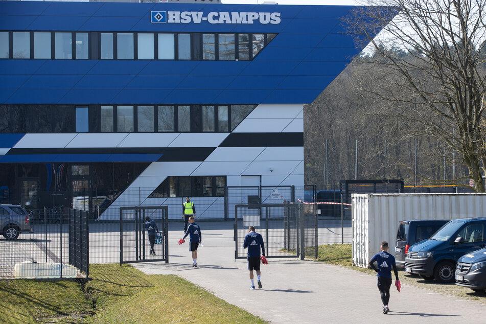 Spieler des HSV gehen im empfohlenen Abstand voneinander zu ihrem Training.