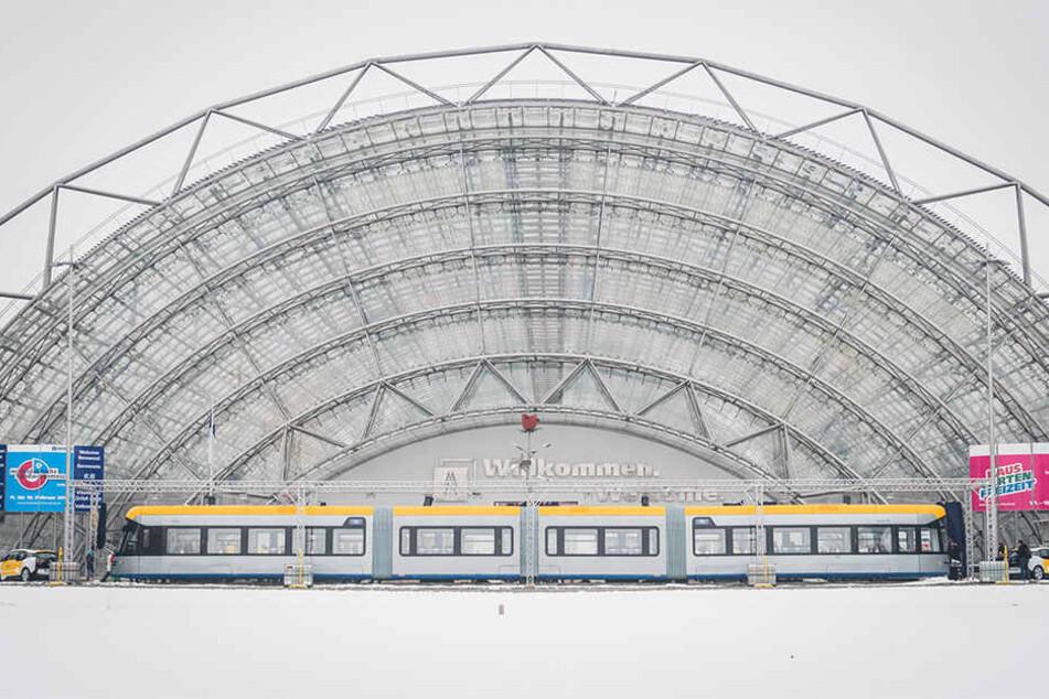 So sieht sie aus, die neue Jumbo-Bahn. Insgesamt 220 Fahrgäste sollen in der XL-Tram Platz haben.