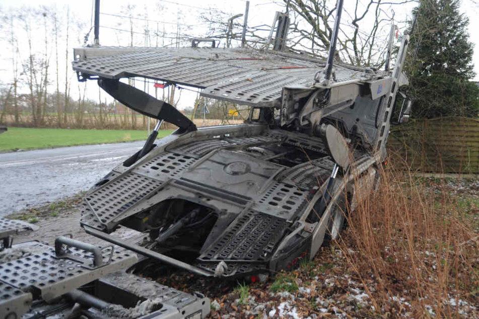 Der Autotransporter kam aus bisher ungeklärter Ursache von der Straße ab.