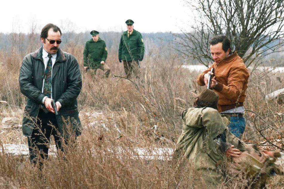 Die Kommissare Patrick Stein (r., Trystan Pütter) und Markus Bach (l., Felix Kramer) stoßen bei ihren Ermittlungen schnell auf Ungereimtheiten.