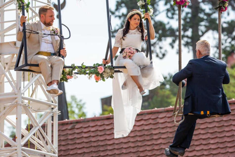Der arme Standesbeamte! Artistin heiratet auf Seil in luftiger Höhe