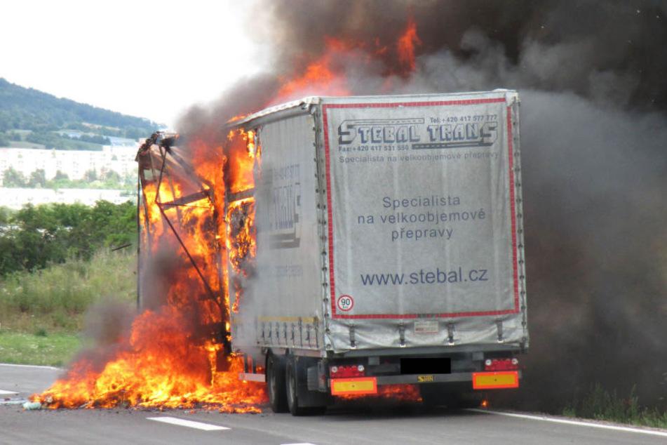 Auf der A3 fing ein Lkw Feuer. (Symbolbild)