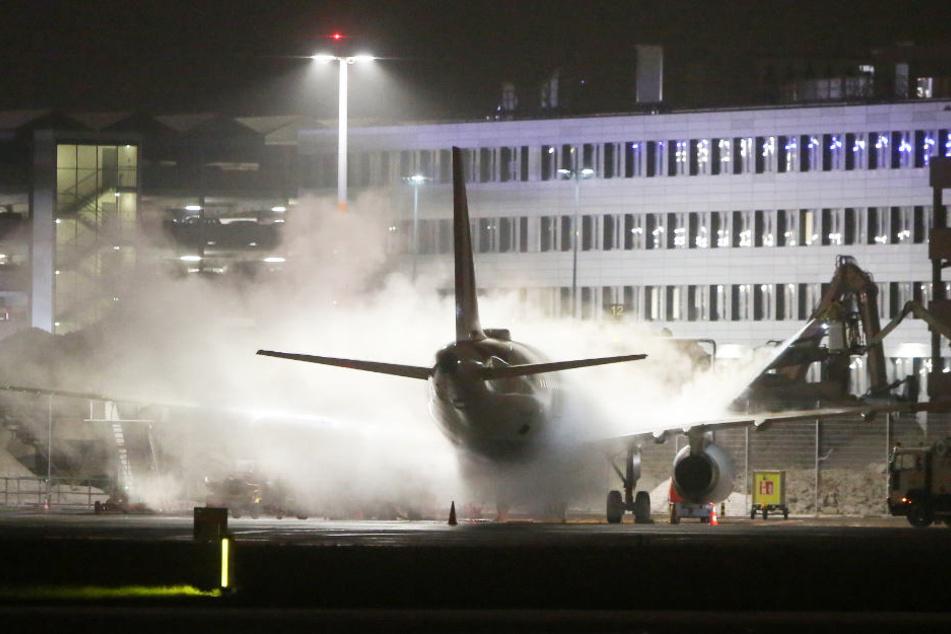 Vor dem Start am Flughafen Fuhlsbüttel mussten zahlreiche Flugzeuge wegen des kalten Winterwetters enteist werden.