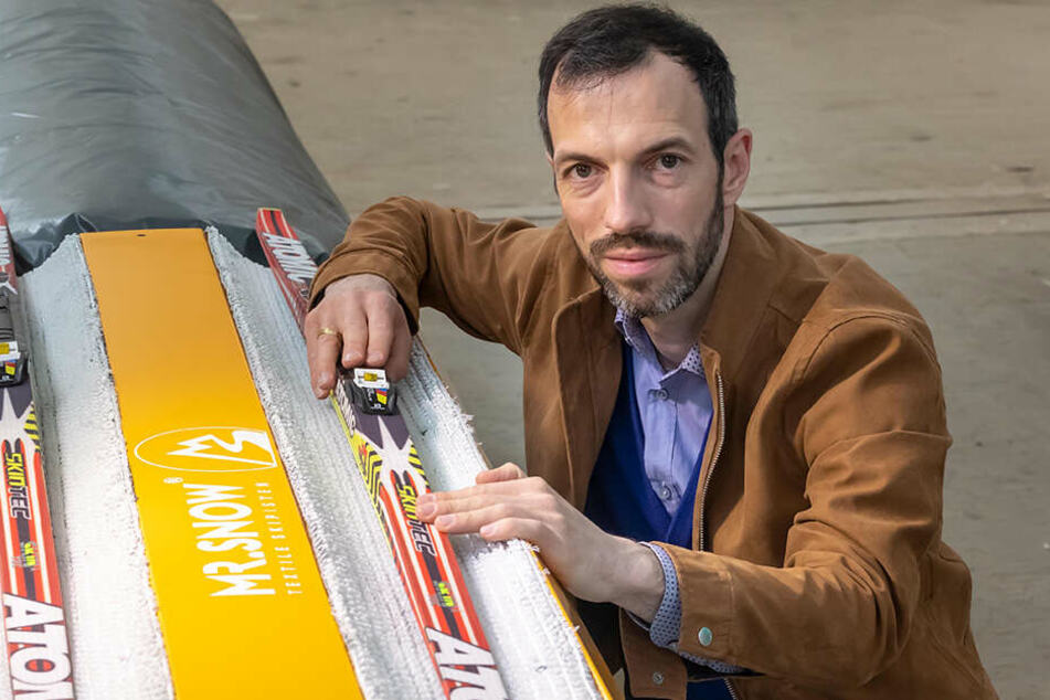 Geschäftsführer Jens Reindl (38) prüft eine Kunst-Loipe, die mit textilem Schnee ausgekleidet ist.