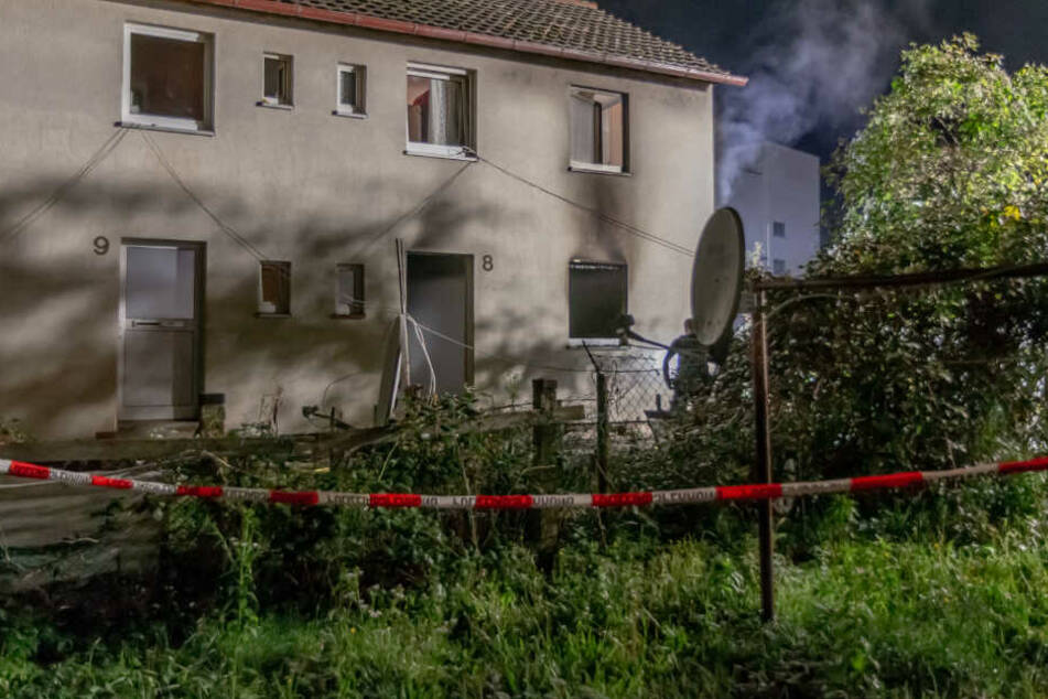 Bei dem Brand zog sich ein Bewohner leichte Brandverletzungen zu, ein anderer erlitt eine Rauchgasvergiftung.