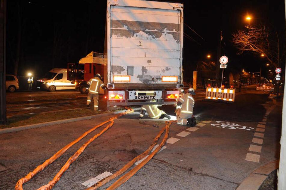 Ein Lkw ist in Alt-Hohenschönhausen in einem Gleisbett stecken geblieben.